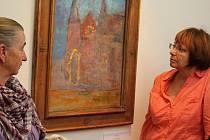 Na snímku si návštěvnice havlíčkobrodské galerie prohlížejí olej na sololitu s názvem Chartres. Malířka Venda Truhlářová obraz namalovala letos, se štětci u štaflí stála v obdivuhodném věku devadesáti let.