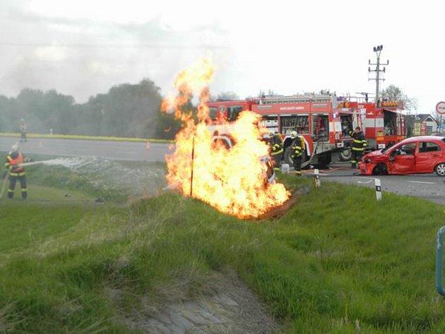 V neděli došlo na Havlíčkobrodsku k vážné dopravní nehodě s následným požárem. Při havárii se zranili tři lidé, z toho jeden člověk těžce.