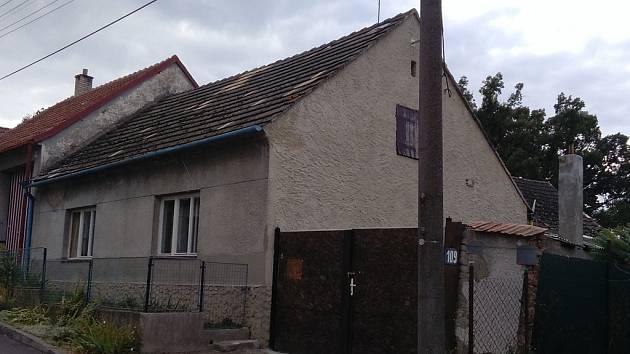 Dům v obci Domamil na Třebíčsku. Asi dva roky v něm bydlela rodina Dubských, jejíž nejméně dva členové mají mít podle policie prsty v únosu a znásilnění. Od doby, kdy jej prohledávala policie, je dům prázdný. Kam se zbytek rodiny odstěhoval, není známo.