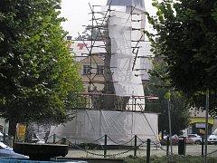Poškozený mariánský sloup na náměstí v Ledči pokrylo lešení.