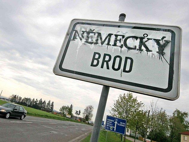 Vandalové, kteří ve čtvrtek přejmenovali Havlíčkův Brod na Německý tím, že sprejem přestříkali název města na příjezdových cedulích, spáchali trestný čin.