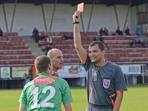Fotbalový sudí Jiří Čamra udělil v zápase Havlíčkův Brod - Nová Ves čtyři červené karty.