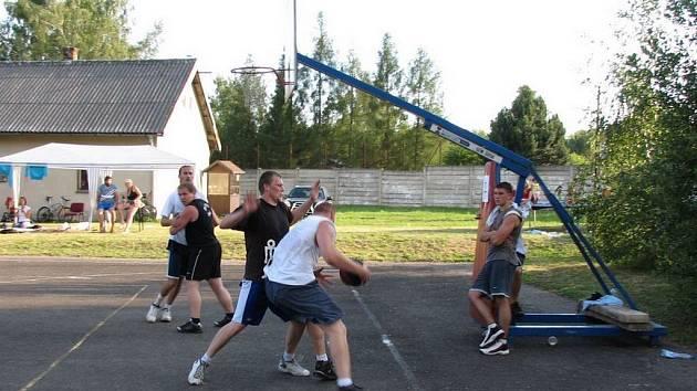 Na plný plyn! Streetballisté si během turnaje nic nedarovali. Největší favorit turnaje Osová podlehla ve finále Zajímavým vědcům.