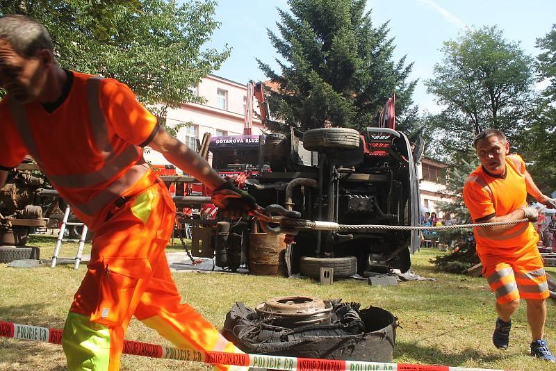 Jak dostat havarovaný nákladní vůz zpět na kola? I to se dozvěděli návštěvníci Festivalu dopravní prevence a motorismu.