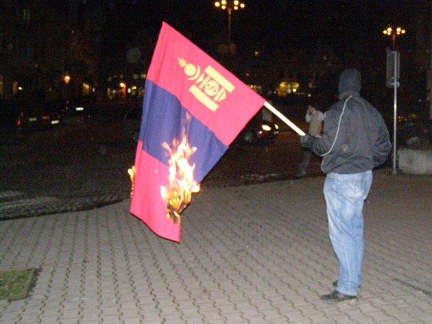 Spálením mongolské vlajky demonstrovalo před budovou krajské knihovny proti mongolskému etniku asi 15 zakuklenců.
