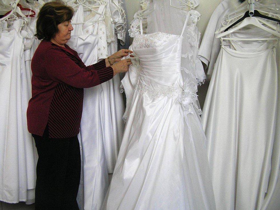 Provozovatelka havlíčkobrodské seznamovací agentury Marie Vinczeová má zároveň na starost i půjčovnu svatebních šatů. Pokud se páry, které vybral počítač, rozhodnou  pro zásadní životní krok, mají v půjčovně samozřejmě zvláštní slevu.