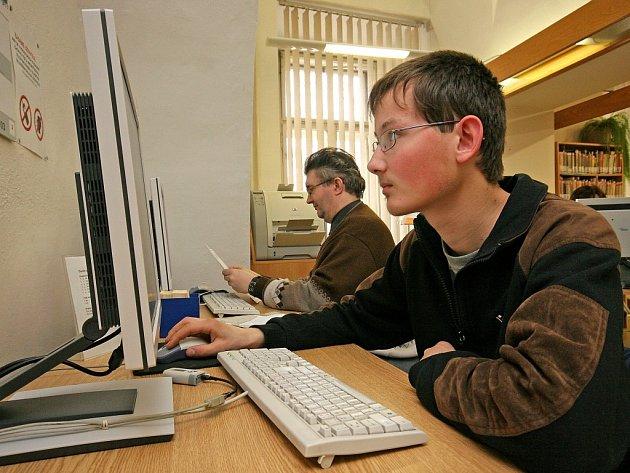 Ve studovně krajské knihovny bývá u počítače stále dost plno. Někdy lidé dokonce stojí fronty, aby se mohli při pochůzce přes náměstí na chvíli podívat na internet. Čtenáři ho mají zdarma.