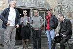 Kameraman Martin Šec (vlevo), herci Ivan Trojan (v pozadí) a Miroslav Táborský (vpravo) sledují společně s režisérem Jiřím Strachem (druhý zprava) přípravu komparzu.