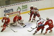 Brankové hody. Ty předvedli hokejoví junioři Havlíčkova Brodu a Žďáru nad Sázavou ve vzájemném zápase v Kotlině, ve kterém padlo osmnáct branek.