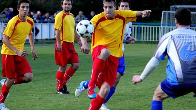 Vyšlápli si na druhého. Fotbalisté Štoků (vlevo) si v domácím prostředí poradili s Věžnicí 1:0 gólem z úvodu utkání.