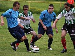 Ostudu si uřízli fotbalisté Ledče (v tmavém), kteří nezvládli derby se sousední Světlou a prohráli vysoko 2:6.