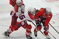 Havlíčkobrodští hokejoví dorostenci (v bílém) s přehledem postoupili do extraligy, když suverénně vyhráli skupinu C ligy dorostu.