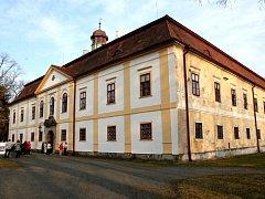 Dobře udržovaný zámek v Chotěboři patří rodu Dobrzenských z Dobrzenicz, potomkům Marie Zuzany Klusákové, která žila na nedávno zbořeném zámečku v Bačkově.