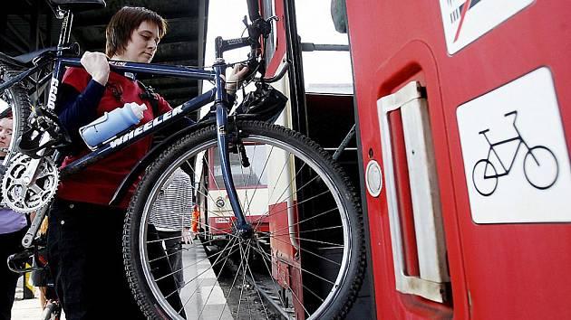 Do autobusu se kola vejdou jen těžko. Možná jedno, nejvíc dvě, víc určitě ne. Ilustrační foto.