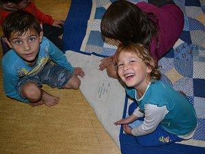 Děti z Charitního domova měly z modré patchworkové deky upřímnou radost.
