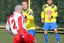 Nesmí chybět. Od začátku sezony se objevili téměř ve všech utkáních, řeč je o přibyslavských fotbalistech Petru Svobodovi (vpravo) a Pavlu Vykoukalovi, který svádí boj o míč.