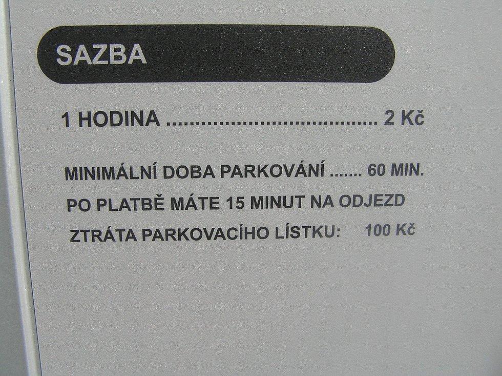 Na novém parkovišti u knihovny v Brodě je zatím daleko méně aut než by radnice čekala.
