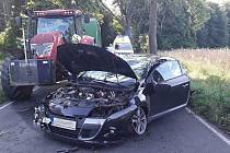 Při dopravní nehodě se střetl osobní automobil s traktorem.