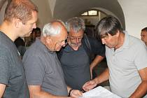 Pavel Nikl (vpravo) seznámil ve čtvrtek             s výsledky výzkumu starostu Jana Tourka (vlevo), badatele Karla Coufala (druhý zprava) a další přítomné.