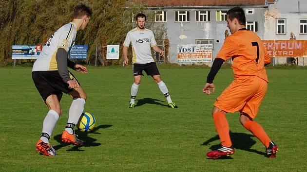 Fotbalisté Ledče nad Sázavou (v bílém) se pomalu pokoušejí o návrat do I. A třídy. Svědčí o tom i jejich postavení v tabulce po podzimní části.