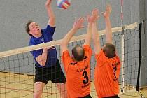 Volejbalisté Havlíčkova Brodu (v modrém Jan Meloun) se v posledních dvou domácích zápasech trápili, dvakrát prohráli se Semily.