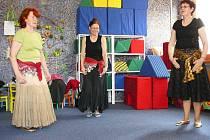 Podstatně mladší děvčata by mohla závidět těmto elegantně se vlnícím ženám v rytmech orientálních tanců jejich vitalitu.