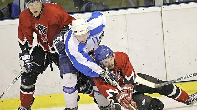 Fyzická kondice. Na tu doplácejí podle trenéra Petra Jansíka světelští hokejisté (ve světlém). V zápase s Poličkou se jeho tvrzení potvrdilo, když prohráli 0:4.