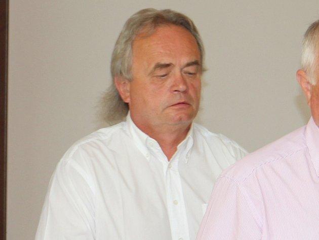 Bývalý předseda Jednoty Třešť Vladimír Lysý byl včera u Okresního soudu v Jihlavě uznán vinným ze zločinu podvodu. Dostal dva a půl roku s podmínkou na zkušební dobu tří let.