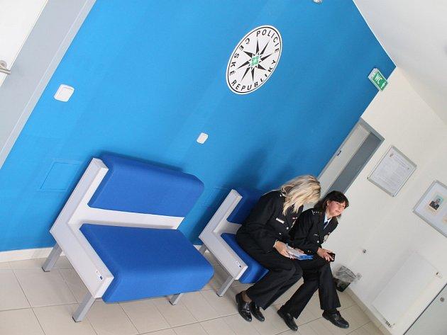 Všechny služebny, kde byla nová kontaktní centra vybudována, by měly být podobně laděny. Na stěnách převládá modrá barva, nový nábytek nebo jednací místnost.
