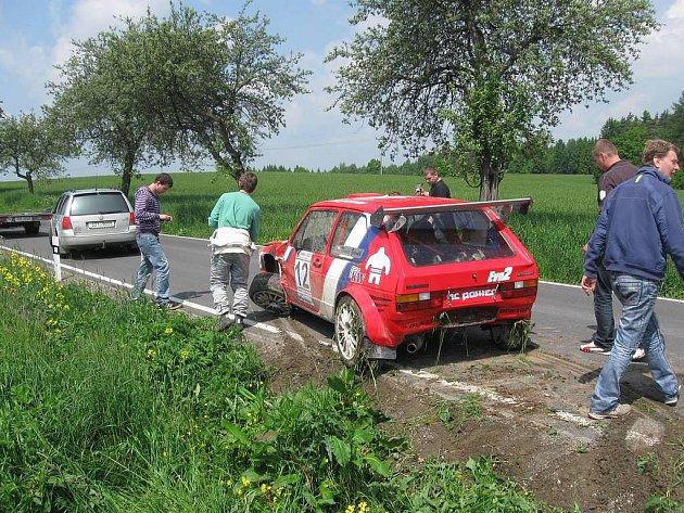 O dramatické situace nebyla o víkendové Rallye Posázaví v okolí Havlíčkova Brodu rozhodně nouze. Jeden příklady za všechny. Posádka s číslem 12 skončila ve druhé rychlostní zkoušce mezi Stříbrnými Horami a Pohledem v příkopu.
