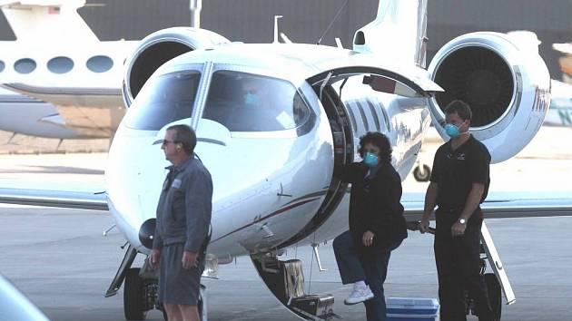 Nebezpečí se skrývalo i v letadle. Poslední mediálně sledovaný případ pacienta nemocného tuberkulózou se stal v květnu, kdy letadlem z Prahy do Kanady cestoval nemocný Američan. Ten ohrozil několik lidí sedících poblíž jeho místa.