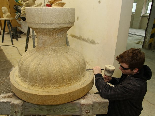 Kopii povětrnostními vlivy poškozené vázy tesá devatenáctiletý Nicolas Vrána.
