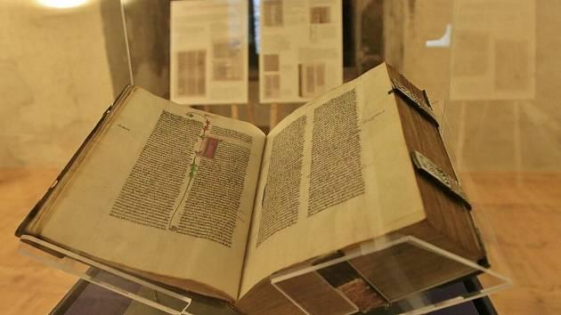 Vystavená bible na hradě Lipnice.