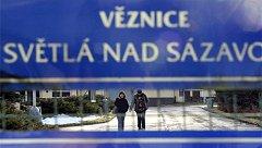 Amnestie. Poslední z propuštěních vězeňkyň opustila včera odpoledne brány ženské věznice ve Světlé nad Sázavou. V Rapoticích, kde je druhá vysočinská   věznice, odešel poslední amnestovaný muž v pátek kolem 22. hodiny.