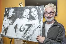 Robert Vano s jedním ze svých snímků, který si vysloužil titul Fotografie roku.
