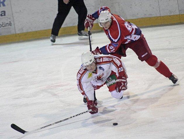 Hokejisté Žďáru (v bílém) na svém ledě podlehli prvoligovým Rebelům.