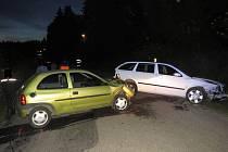 Opel Corsa, řízený opilým devětačtyřicetiletým mužem, se v protisměru čelně střetl se Škodou Octavia. Tři lidé byli zraněni.