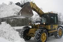 TĚŽKÁ TECHNIKA. Na pomoc silničářům a správcům komunikací ve městech a obcích vyrazila těžká technika soukromých společností. Nebylo zbytí. Sníh ovládl Havlíčkobrodsko.