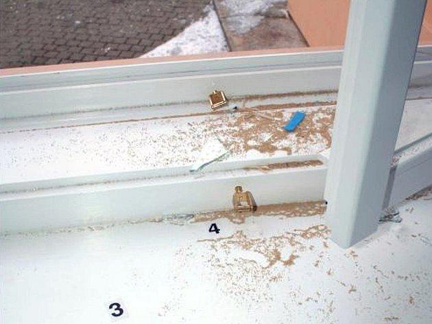 Používali pepř. Jedním ze společných prvků krádeží byl pepř nasypaný na parapetech oken. Zloději do pepře vždy stoupli a pak ho měli na botách. Znemožňovali tak použít služebního psa.