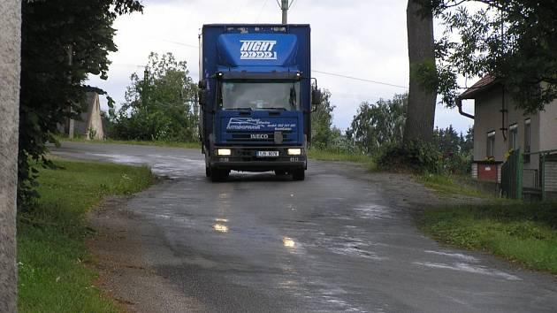 Na staré silnici do Žižkova vzrostlé stromy omezují dopravu z obou stran.