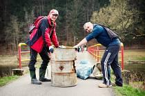 Poklady z řeky. Dobrovolníci u Sázavy každoročně najdou i odpad, nad kterým zůstává rozum stát. Lidé k vodě nelení přinést sudy, pneumatiky i lednice.