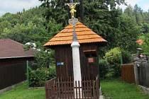 Zvonička i křížek jsou nyní ozdobou obce.