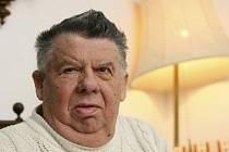 Jeden z nejznámějších českých humoristů Miloslav Švandrlík vděčí za svou popularitu Josefu Čábelovi, který ho objevil a proslavil.