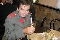 Všechny čtenáře Havlíčkobrodského deníku tímto zdraví brněnský herec Erik Pardus, alias strážmistr Zahálka.