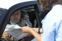 Řidiči byli překvapení, když za to, že měli při kontrole vše v pořádku, dostali tašku a v ní pivo. Záhy však zjistili, že je nealkoholické. Policie alkohol za volantem nepodporuje. Kromě alkoholu kontrolovali i technický stav vozidla a měřili rychlost.