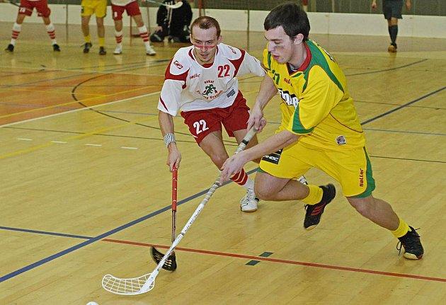 Florbalisté Sokola Erupting Dragons Havlíčkův Brod (vbílém Ondřej Míka) se s letošní sezonou rozloučili ve čtvrtfinále, kde podlehli po tuhém boji čtvrtému týmu po základní části Paskovu 3:2 na zápasy.