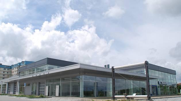 Velkorysý areál, který si firma za bezmála devadesát milionů nechala postavit u jihlavské nemocnice, je prodaný. Desítky milionů za něj dala firma ze Slovácka. Sloužit by měl zase prodeji aut.
