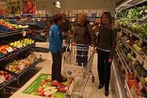 Čtyři roky. Tak  dlouho čekali obyvatelé Ždírce nad Doubravou na otevření nového supermarketu. Včera se dočkali. Podle starosty města Jana Martince je obchodní konkurence zdravá.