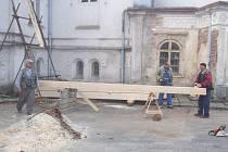 Ve druhé etapě, která probíhá právě v těchto dnech, řemeslníci opravují stropní trámy novogotické  věže libického zámku.