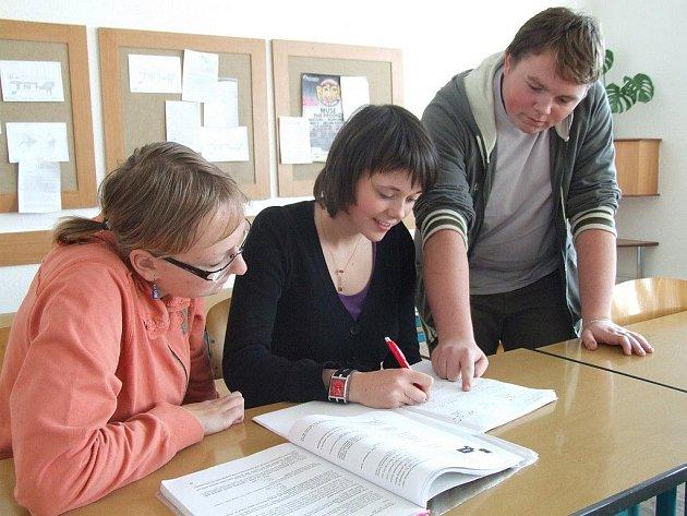 Jana Sedláková, Zdena Závětová a Martin Souček z havlíčkobrodské stavební průmyslovky mají z generální zkoušky dobrý pocit. Věří, že maturitu zvládli úspěšně.